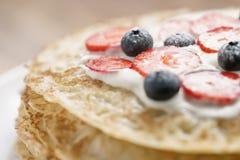 Frische Blinis oder Krepps mit frischen Beeren und Creme Lizenzfreies Stockbild