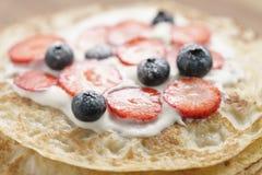 Frische Blinis oder Krepps mit frischen Beeren und Creme Stockfotografie