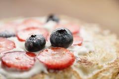 Frische Blinis oder Krepps mit frischen Beeren und Creme Stockfoto