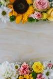 Frische Blumen auf Bauholz Lizenzfreies Stockbild
