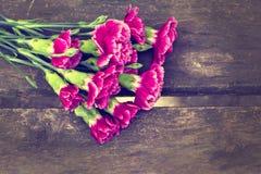 Frische Blumen auf hölzernem Hintergrund Stockfotos