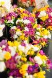 Frische Blumen am Markt Stockfoto