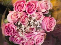 Frische Blumensträuße von rosa Rosen stockfotos