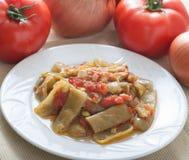 Frische Bohnen in der Tomatensauce stockbilder