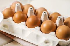 Frische braune Eier im Karton Stockbilder