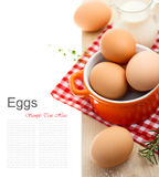 Frische braune Eier mit Milch Stockbild