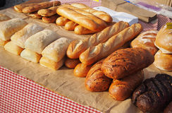 Frische Brote an einem im Freienmarkt Lizenzfreies Stockfoto