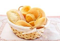 Frische Brote in einem Korb Lizenzfreie Stockfotos