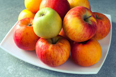Frische bunte Äpfel Lizenzfreie Stockbilder