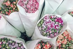 Frische bunte Blumen eingewickelt im Papier stockfotografie