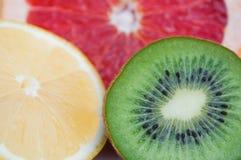 Frische bunte tropische Früchte - Zitrone, Kiwi, Pampelmuse Stockbild