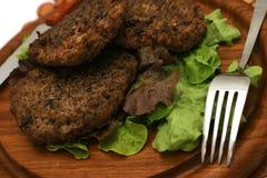Frische Burger auf Platte mit Dishware Lizenzfreies Stockfoto