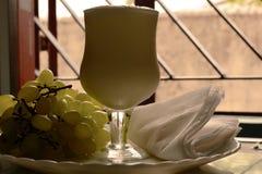 Frische Buttermilch mit lokalen grünen Trauben Lizenzfreie Stockfotografie