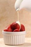 Erdbeeren und Creme Stockbild