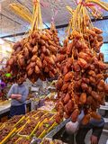 Frische Datumspalmenfrucht im Verkauf am Marktbasar in Algerien Historischer Osmanebasar ist dazu Stockbild