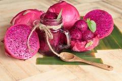 Frische Drachefrucht organisch mit dem Smoothie geschmackvoll lizenzfreie stockbilder