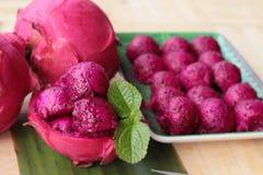 Frische Drachefrucht organisch mit Schaufelbereichen stockbilder