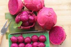 Frische Drachefrucht organisch mit Schaufelbereichen stockfotografie
