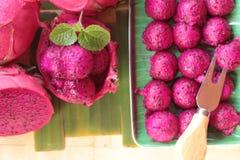 Frische Drachefrucht organisch mit Schaufelbereichen lizenzfreie stockfotos