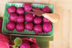 Frische Drachefrucht organisch mit Schaufelbereichen stockfoto