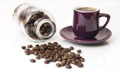 Frische dunkle Kaffeebohnen mit Flasche und Cup Stockfoto