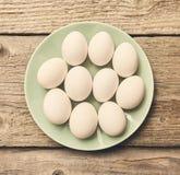 Frische Eier über Hintergrund stockfotos