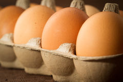 Frische Eier auf dack Hintergrund Stockfoto