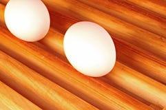 Frische Eier auf einem Holz Lizenzfreie Stockfotos
