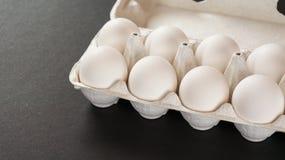 Frische Eier auf schwarzem Hintergrund Stockbilder
