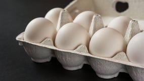 Frische Eier auf schwarzem Hintergrund Lizenzfreie Stockfotografie