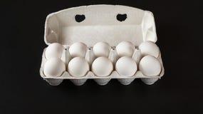 Frische Eier auf schwarzem Hintergrund Lizenzfreies Stockfoto