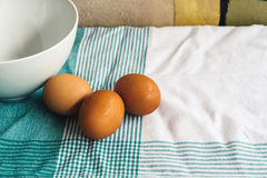 Frische Eier auf Tischdecke Stockbilder