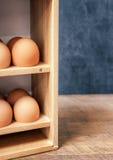 Frische Eier in der Holzkiste Lizenzfreies Stockbild