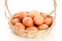 Frische Eier in einem hölzernen Korb auf weißem Hintergrund Stockfoto