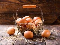 frische Eier in einem Korb Stockfotografie