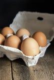 Frische Eier im Eikasten in Retro- St. der schwermütigen natürlichen Beleuchtungsweinlese Stockfoto
