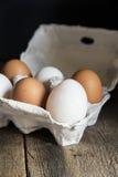 Frische Eier im Eikasten in Retro- St. der schwermütigen natürlichen Beleuchtungsweinlese Stockbilder