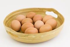 Frische Eier im hölzernen Korb Stockfotos