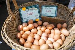 Frische Eier mit generischem Preis unterzeichnen herein einen französischen Markt in Paris Lizenzfreies Stockfoto