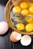 Frische Eiweiße und Eigelbe in der Glasschüssel stockfoto