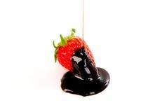 Frische Erdbeere abgedeckt in der dunklen Schokolade Lizenzfreie Stockbilder