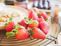 Frische Erdbeere auf dem schwarzen Gitter Stockfotografie