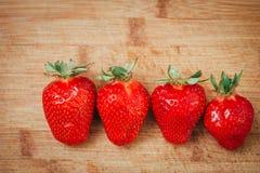 Frische Erdbeere auf einem dunklen hölzernen Hintergrund, Abschluss oben der großen Erdbeere auf Holz Lizenzfreie Stockfotos