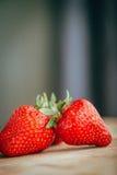 Frische Erdbeere auf einem dunklen hölzernen Hintergrund, Abschluss oben der großen Erdbeere auf Holz Stockbild