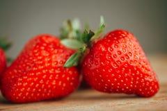 Frische Erdbeere auf einem dunklen hölzernen Hintergrund, Abschluss oben der großen Erdbeere auf Holz Lizenzfreie Stockfotografie