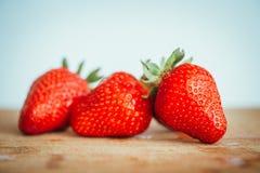 Frische Erdbeere auf einem dunklen hölzernen Hintergrund, Abschluss oben der großen Erdbeere auf Holz Lizenzfreie Stockbilder