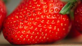 Frische Erdbeere auf einem dunklen hölzernen Hintergrund, Abschluss oben der großen Erdbeere auf Holz Lizenzfreies Stockfoto