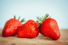 Frische Erdbeere auf einem dunklen hölzernen Hintergrund, Abschluss oben der großen Erdbeere auf Holz Stockbilder