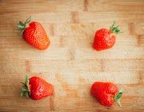 Frische Erdbeere auf einem dunklen hölzernen Hintergrund, Abschluss oben der großen Erdbeere auf Holz Stockfotografie