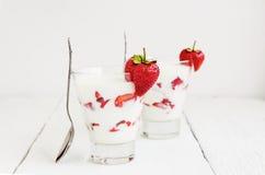 Frische Erdbeere auf einem Glas mit Nachtischjoghurt und Erdbeere L Stockfoto